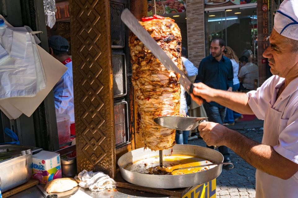 Ricetta Di Kebab Al Forno.Kebab Lo Spiedone Che Viene Dalla Turchia E Sta Superando La Fama Dell Hamburger Le News Dello Spicchio D Aglio