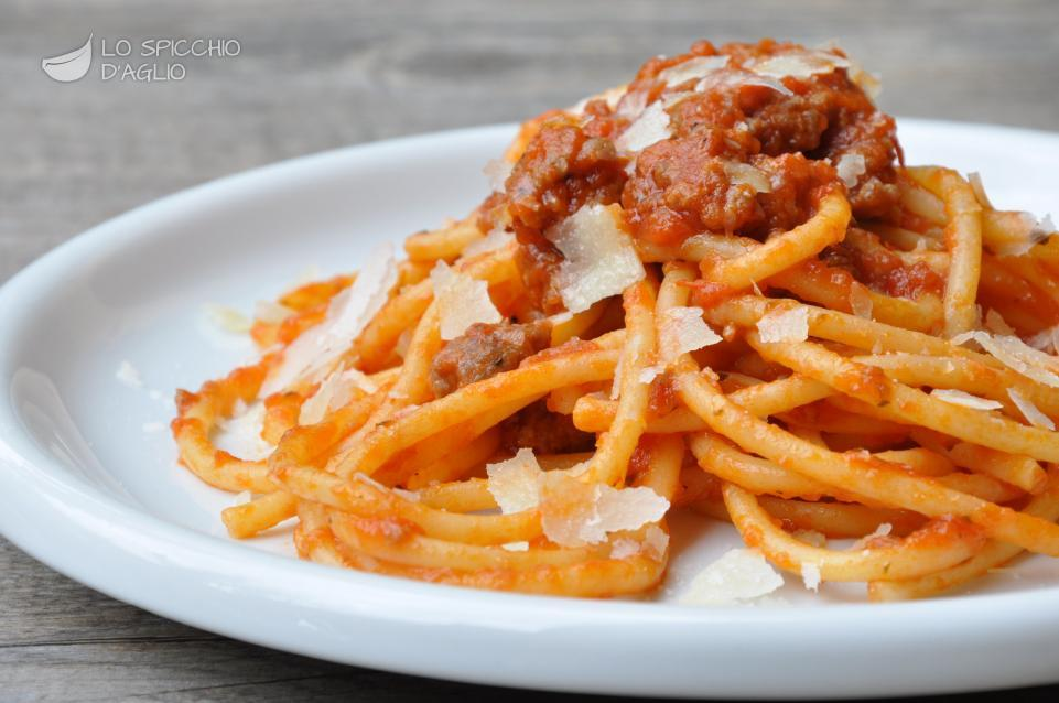 Ricetta bucatini salsiccia e pomodoro le ricette dello for Ricette primi piatti pasta