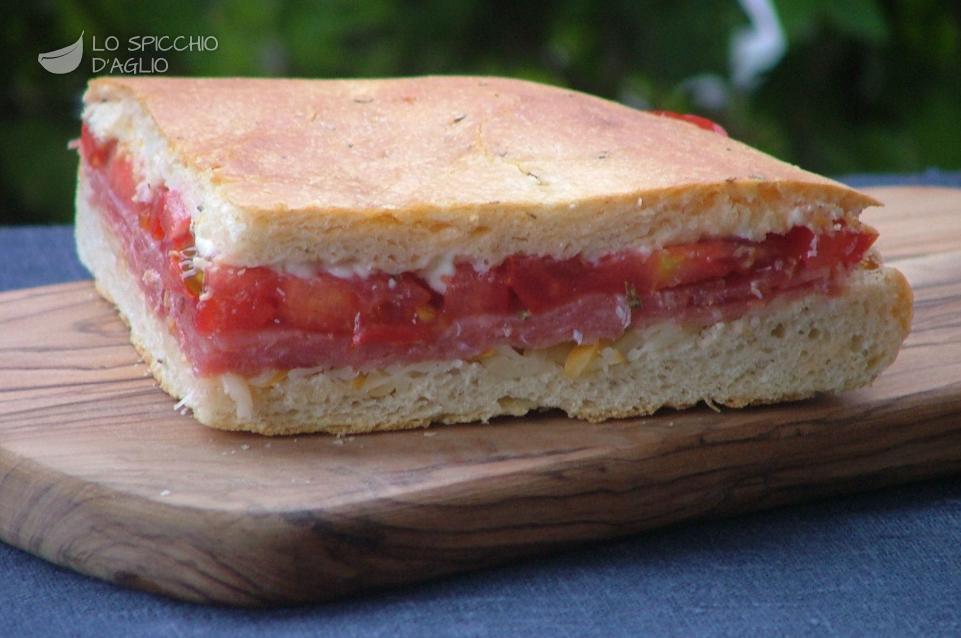 Focaccia salame, scamorza e pomodoro