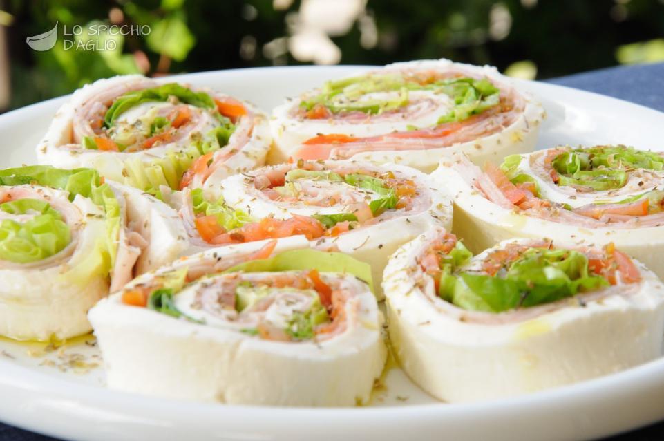 Mozzarella arrotolata con prosciutto e verdure