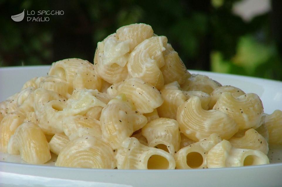 Pasta caprino e cipollotti