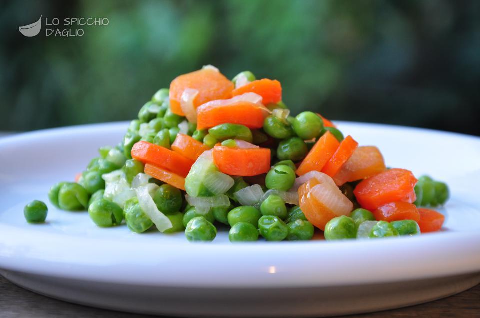 piselli carote e cipollotti in padella