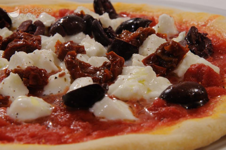 Pizza bufala e pomodorini secchi