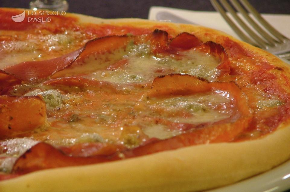 Pizza speck e zola