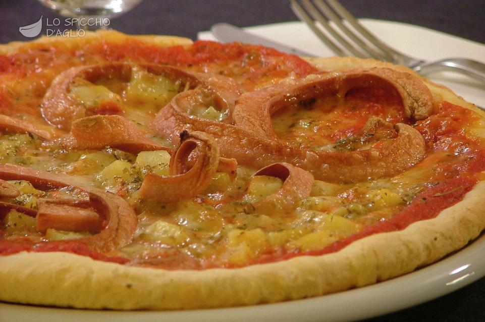 Pizza wurstel, patate e fontina