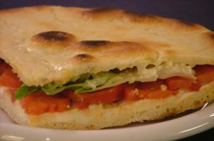Focaccia mozzarella, pomodoro e insalata