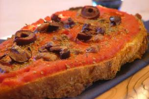 Pan di pizza alici e olive nere