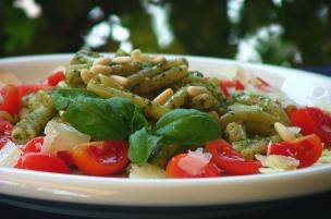 Pasta al pesto, pomodorini e pinoli