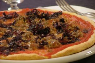 Pizza alla salsiccia e radicchio