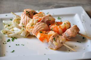 Spiedini di salmone e gamberetti con tagliatelle di calamari