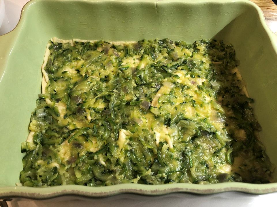 Uno strato di zucchine sopra il pane Carasau